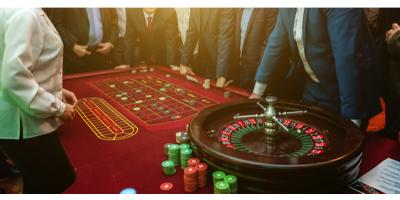 Personer spiller casino bordspil